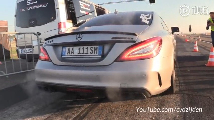 视频:布加迪Chiron挑战巴博斯 梅赛德斯-奔驰CLS 63 AMG。