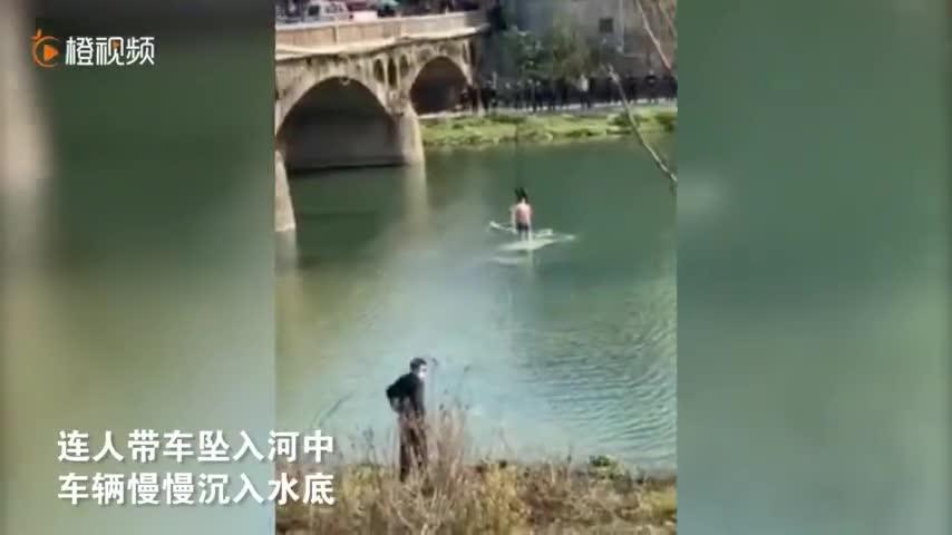 福建一男子半夜开车撞破桥面护栏坠入河中 被救后弃车逃跑