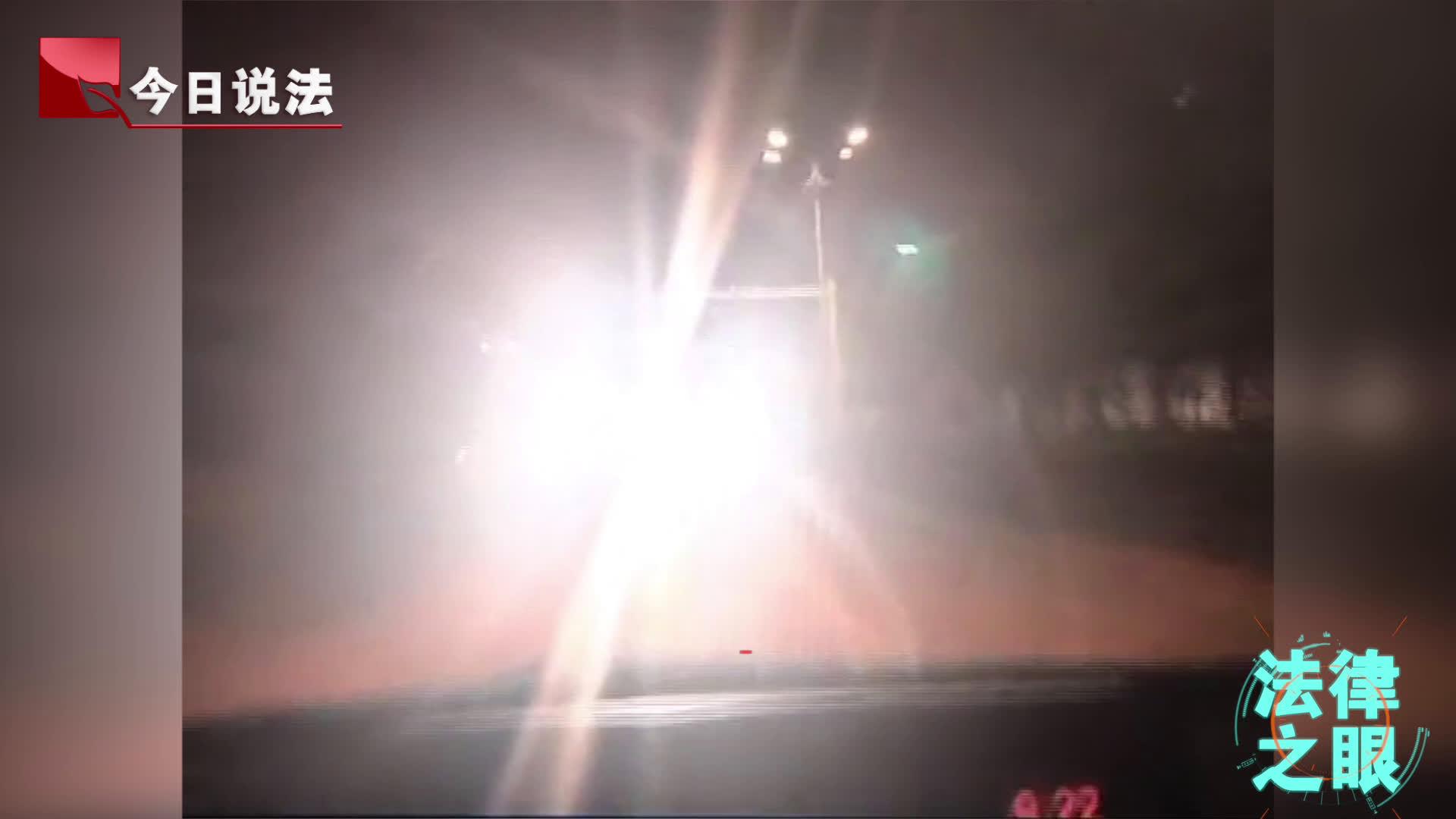 """亮瞎双眼!爆闪""""神车""""车尾装了两组大灯,后车驾驶员眼前一片白茫茫"""