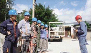 9月30日,剑川县供电局正在指导金华供电所开展安全生产日活动