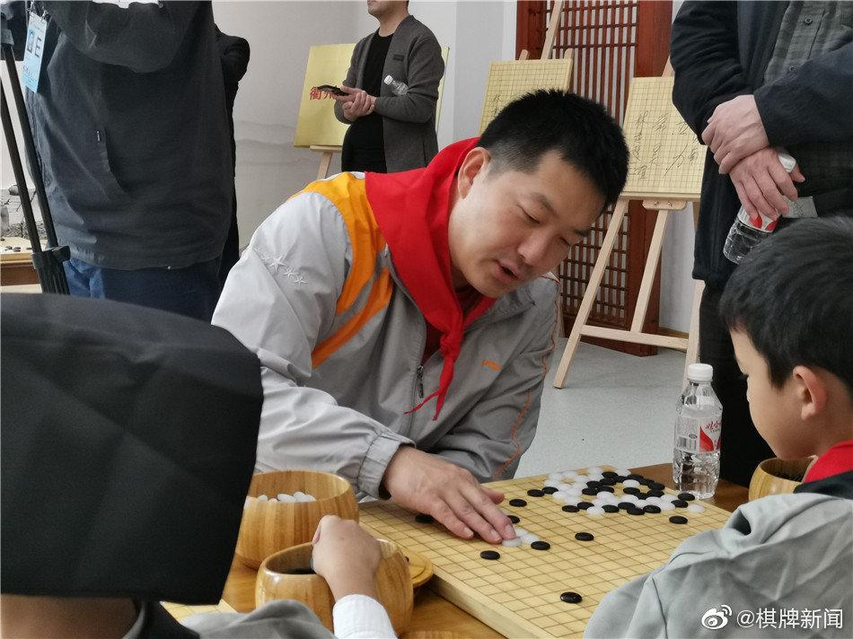 高清- 国手指导棋活动 常昊古力等走进校园
