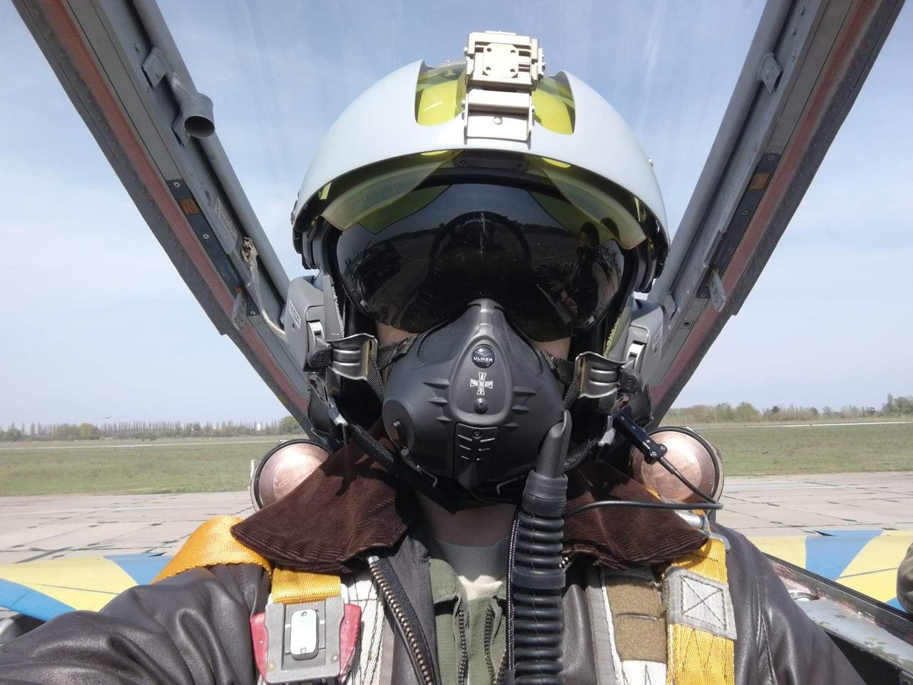 全方位倒向北约,乌克兰飞行员戴法国头盔驾驶米格-29.....