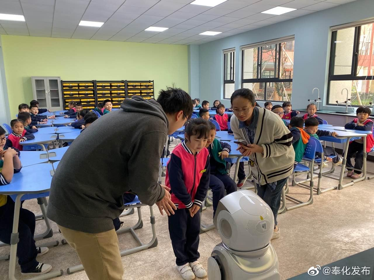 校园科技节机器人与孩子面对面