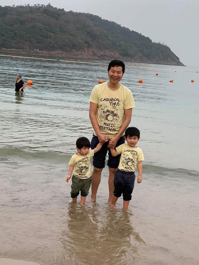 真强悍!港姐冠军叶翠翠生子未出月,全家出动海滩戏水