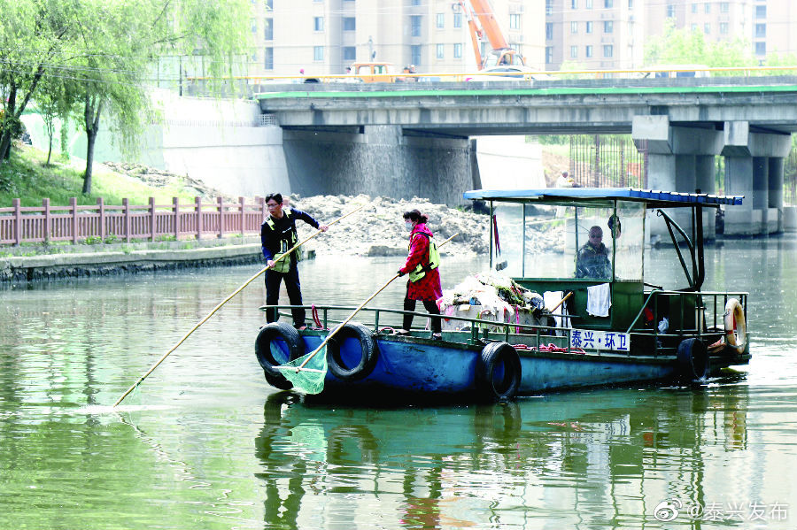 近日,随着气温逐渐升高,市区河道水面滋生大量飘浮物