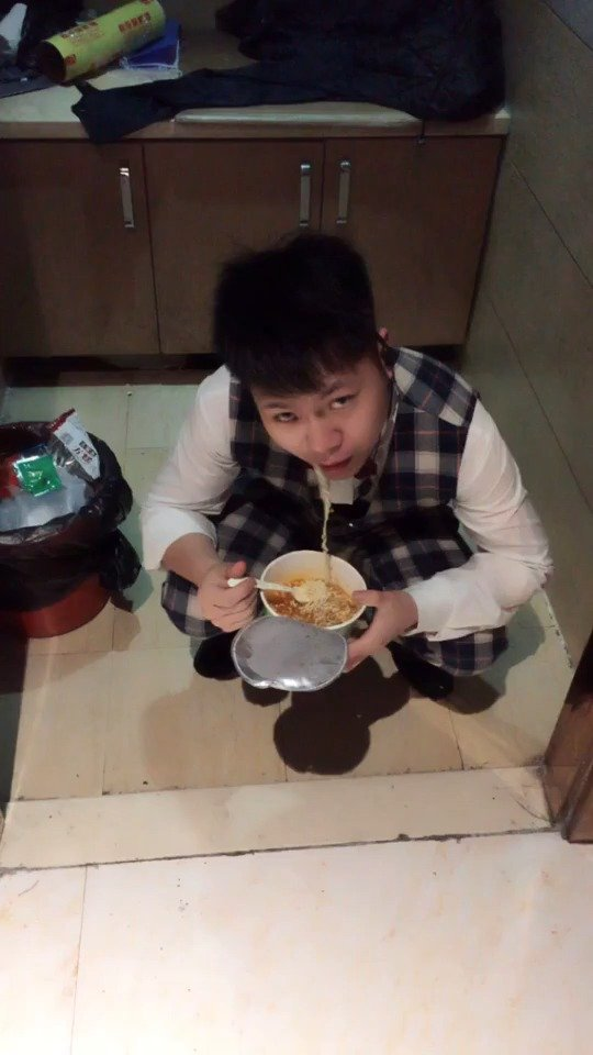 曾经和王思聪一起吃饭都敢掀桌子的人 如今蹲在这吃泡面