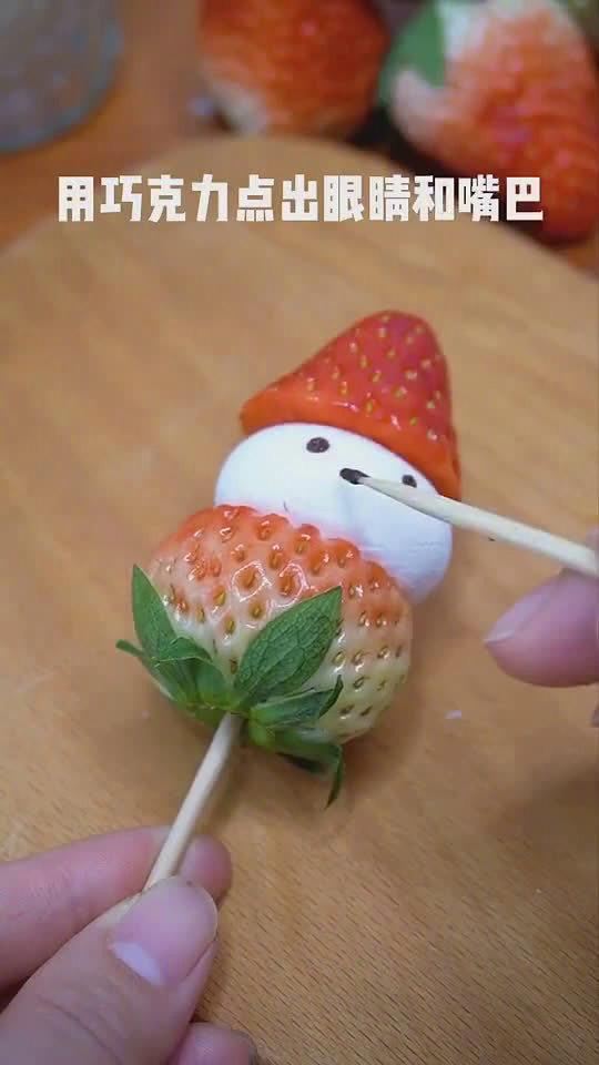可爱的草莓宝宝糖葫芦,舍不得吃了