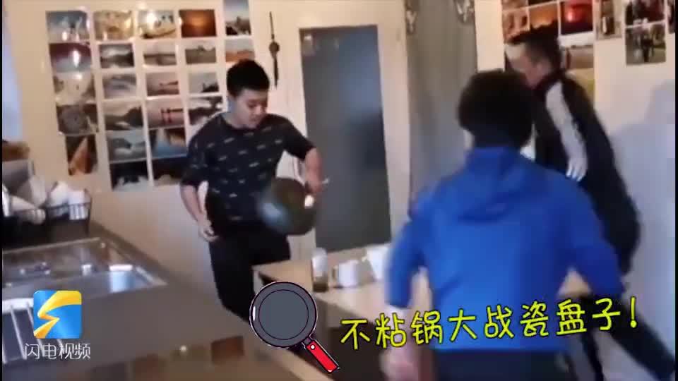 29秒丨一家三口齐上阵 邓亚萍宅家打乒乓球 锅碗瓢盆全用上