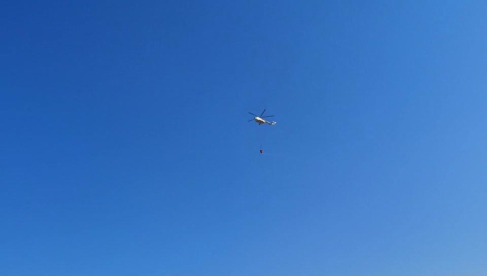 目前,救援直升机不停在 东线着火点扑火