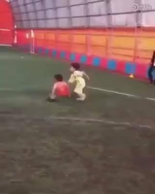 天才儿童!这五六岁小孩可能成为未来足球巨星。