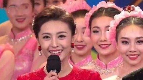她是春晚最年轻的主持人,23岁却能担起大场面