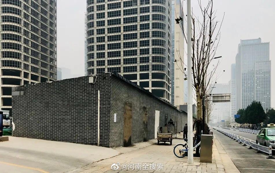 郑州黑底白字招牌小吃店全部关闭 恢复一堵墙状态