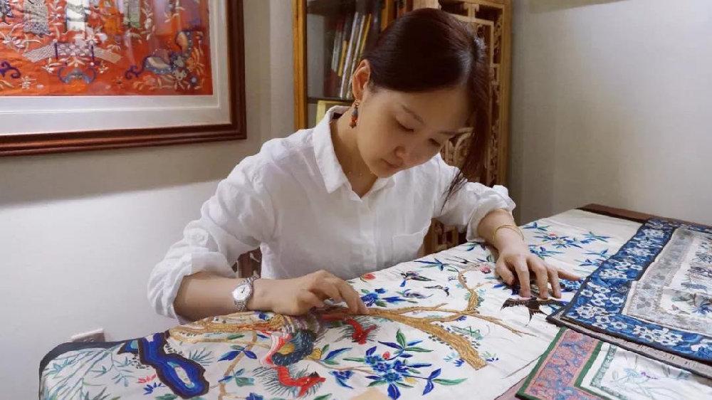 """出手绣品曾登佳士得拍卖图录,高颜值的她用实力成为""""织绣""""猎手!"""