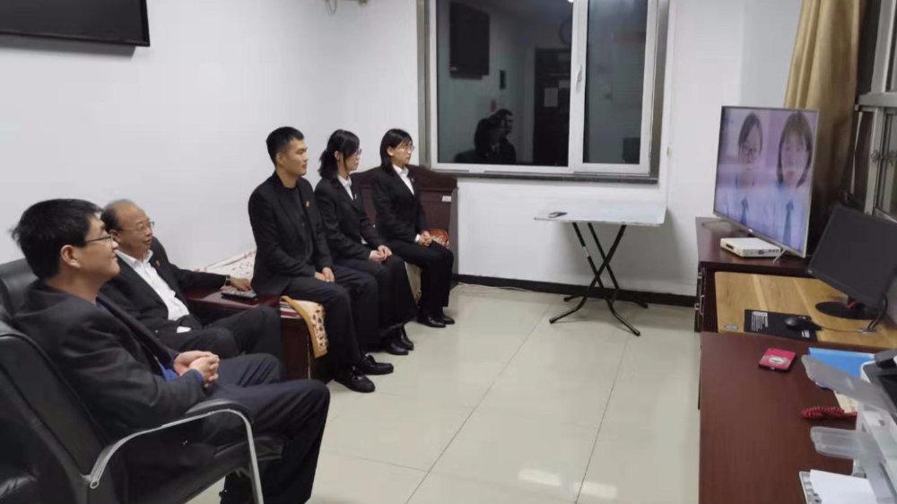 宝坻法院组织党员干警认真收看《政法基层党组织建设成果专题片》