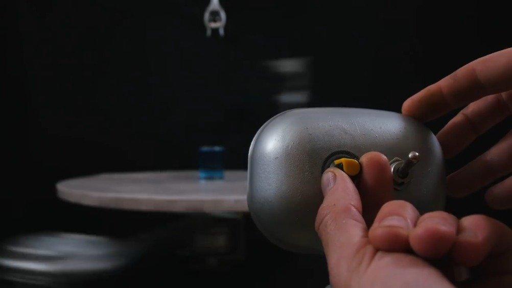 把一个玻璃球扔进装满颜料的玻璃杯中会发生什么