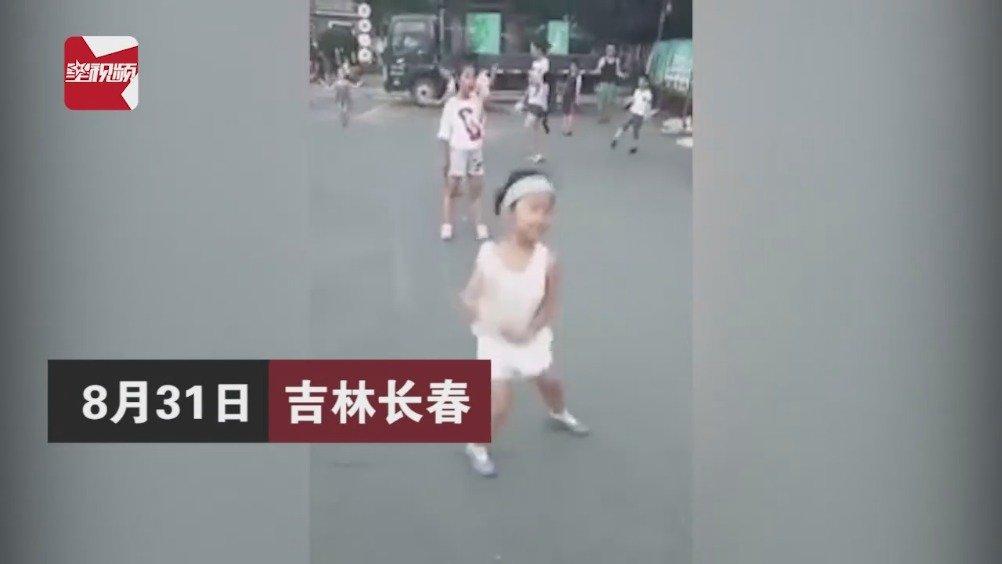 4岁女娃表演花式跳绳,1分钟跳147下看呆群众:别人家的娃