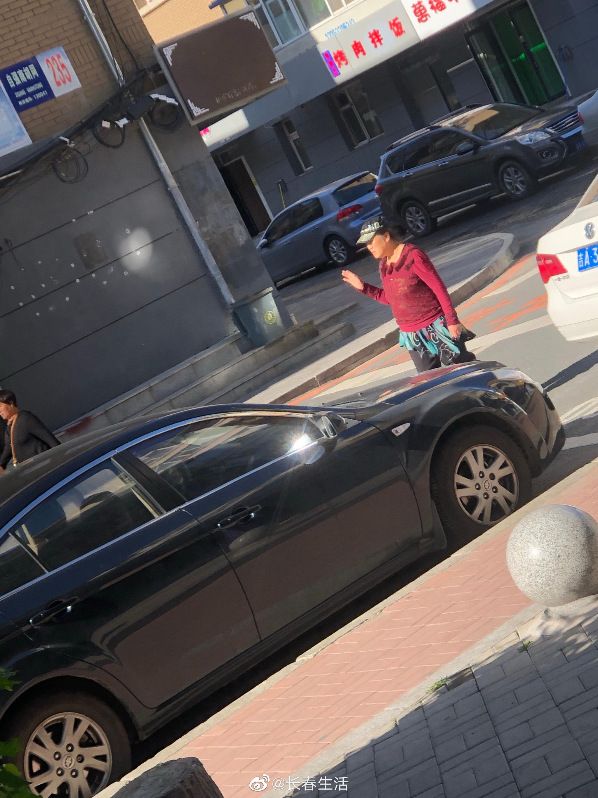 网友爆料:吉大二院附近,各种整不了这些拿着公共停车位赚钱的人