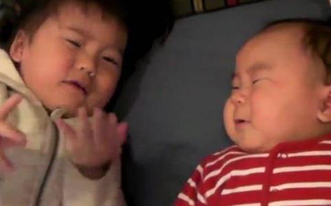 弟弟躺床上不停哭闹,姐姐去哄最后自己却捂嘴大哭起来,太可爱了