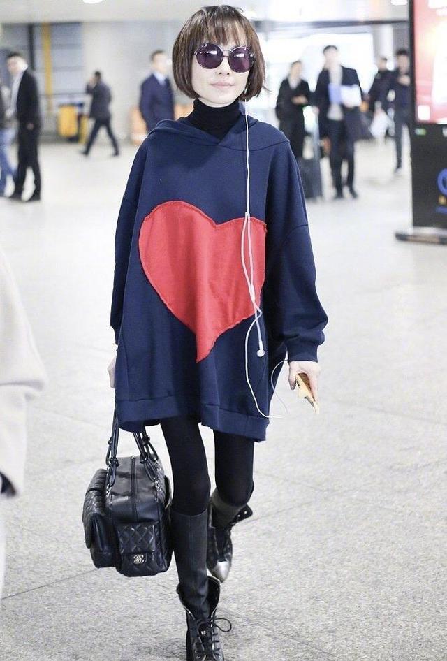 鲁豫虽瘦但超会穿,毛衣罩衫配喇叭裤走机场,好品味主持圈里少见