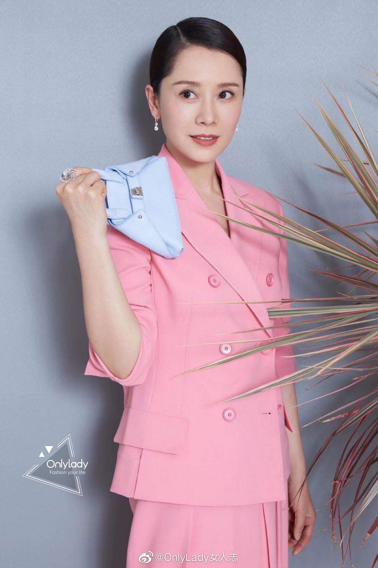 @海清 释出一组假日穿搭秘籍,马卡龙粉色西服套装搭配mini手袋
