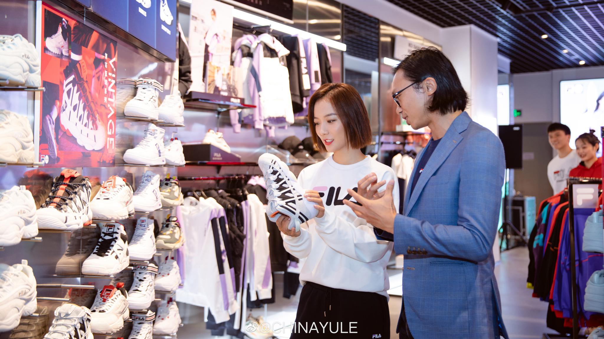 昨日,演员@王珞丹 惊喜亮相某品牌的滑板潮流文化体验日活动