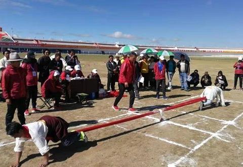 男女吾尔朵和男子押加比赛在那曲市赛马场场内举行