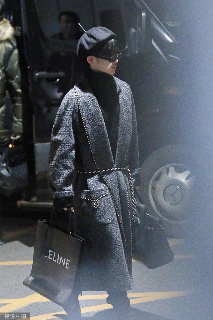 周震南今日份机场look,黑色高领针织衫搭配灰色浴袍大衣,提着双包