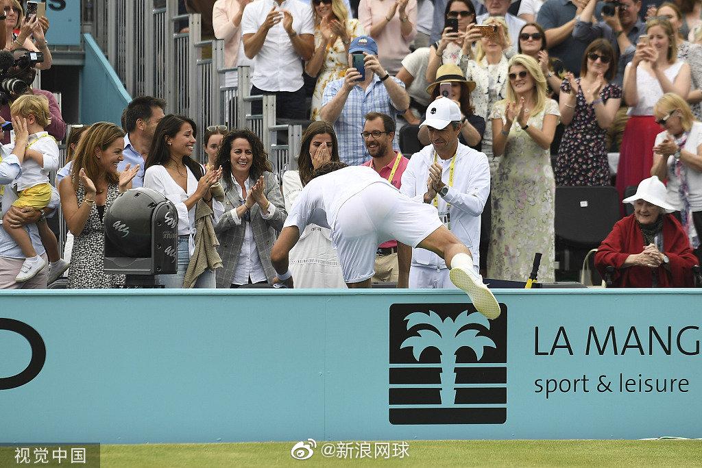 F-洛佩兹打破两年冠军荒,赛后激动和场边女友亲吻庆祝