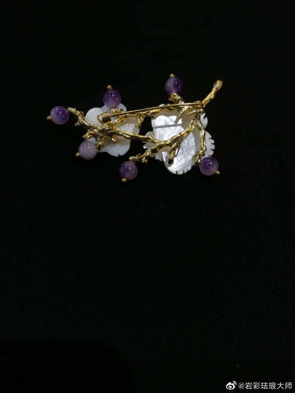 分享图片珐琅彩吸取了铜胎画珐琅的技法,在瓷质的胎上