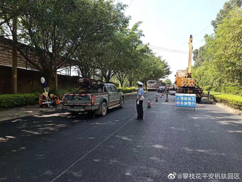 7月18日上午,施工部门对园区沿线路灯进行更换,占用半幅车道