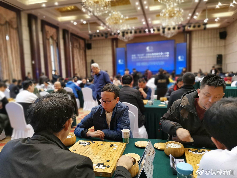 业余围棋团体赛开幕 王汝南时越与棋迷互动