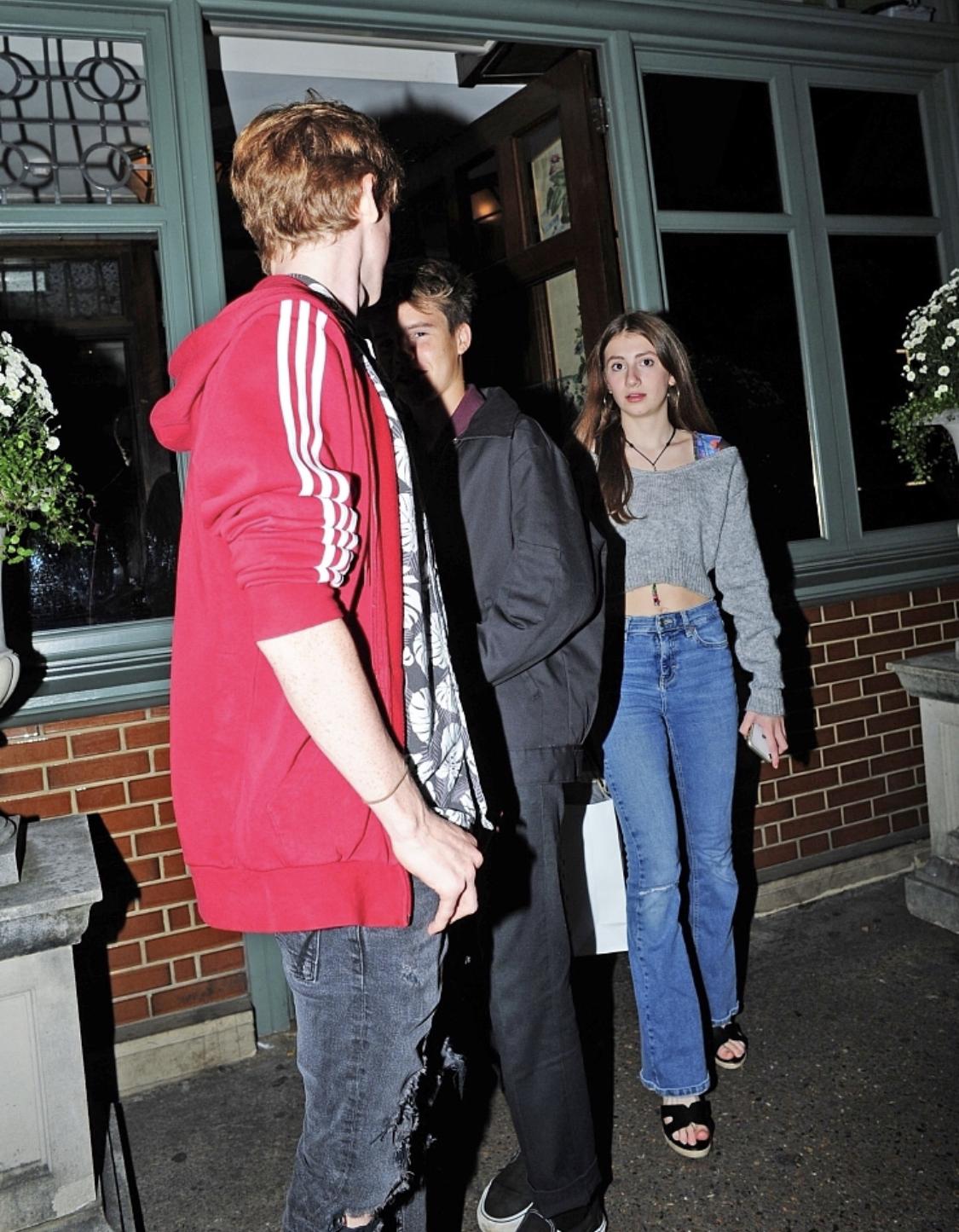 贝克汉姆14岁小儿子克鲁兹和女朋友约会 小女友发现狗仔跟拍 把囧三脸