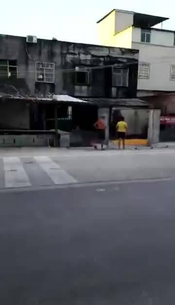 不管怎么样,孩子还在车轮底下呢,这个时候放孩子不管而去砸车
