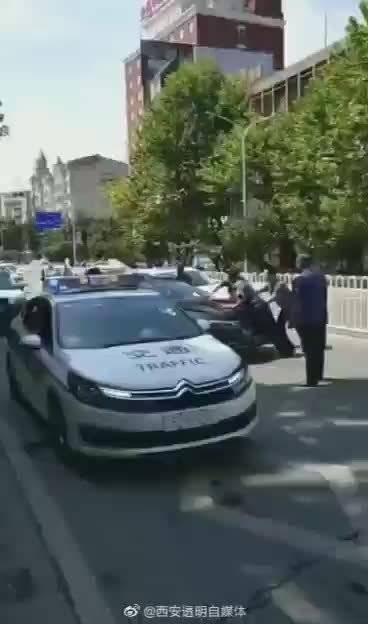 网友爆料:黑车被查,司机强踩油门顶推执法人员后逃逸