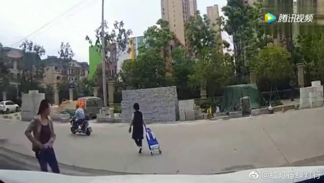 视频车刚出小区就把路人撞倒!司机太郁闷了!