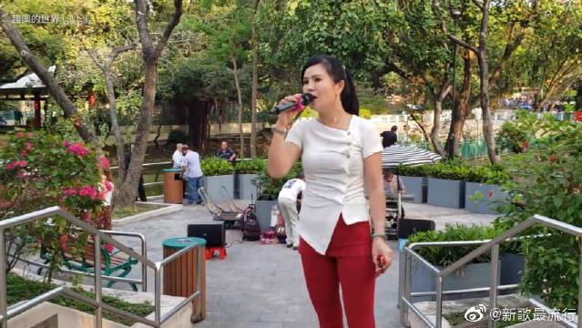 屯门公园歌手小红演唱《雨花石》,这身打扮真是性感啊