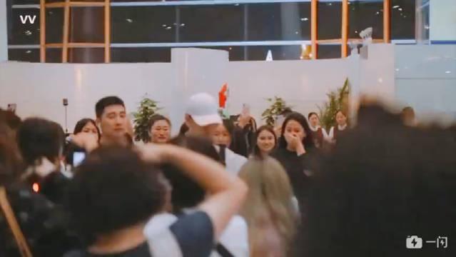 张云雷北京机场出发墨尔~白色棒球帽+灰色背带裤 青春朝气 帅气有