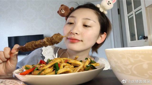 新疆炒米粉,西红柿炒鸡蛋拌饭,牛肉串,小姐姐斯文的吃