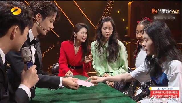 """王一博跨界表演《金牌魔术师》,欧阳娜娜变""""捧场王"""""""