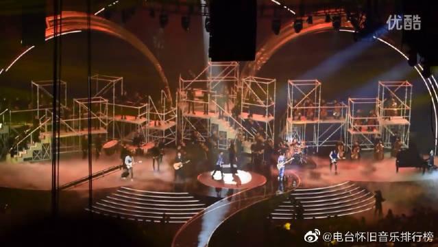 第27届金曲奖,苏打绿开场《四季未了》。真的超级喜欢这首歌啊