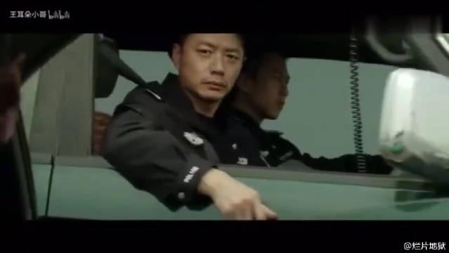 《烈日灼心》只有经验老道的警察做得到,就一眼余光就敢拔枪