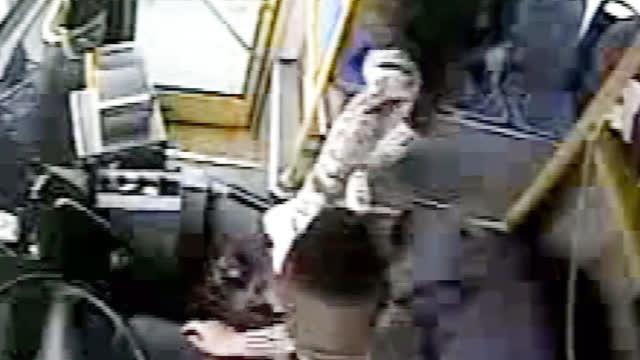 嫌公交等红灯浪费时间 女乘客飞踹司机大骂:为什么要等