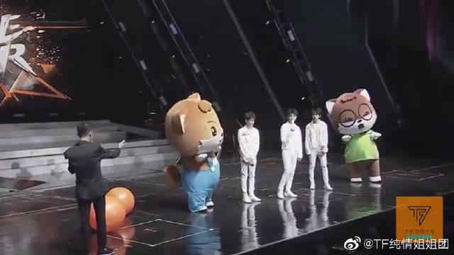 易烊千玺cue王俊凯:年龄最大的先上,小凯笑得无奈又宠溺!