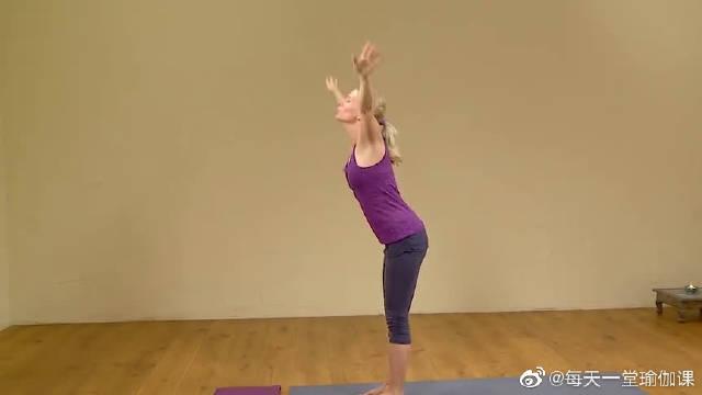 国外妹子练瑜伽动作很标准,快来看看吧。