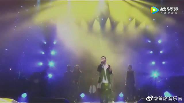 纪念黄家驹演唱会,黄家强再唱《海阔天空》百听不腻!