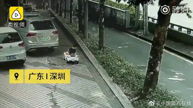 危险!男童开玩具车在主干道兜风,还独自横穿马路