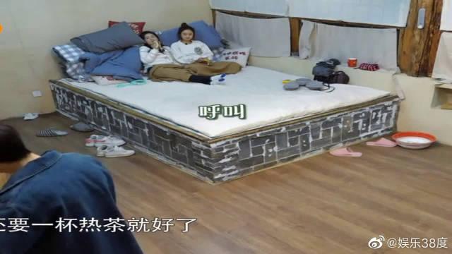 谢娜躺炕上吃香蕉说体寒:再来杯热茶就好了,何炅:好吃懒做体寒~