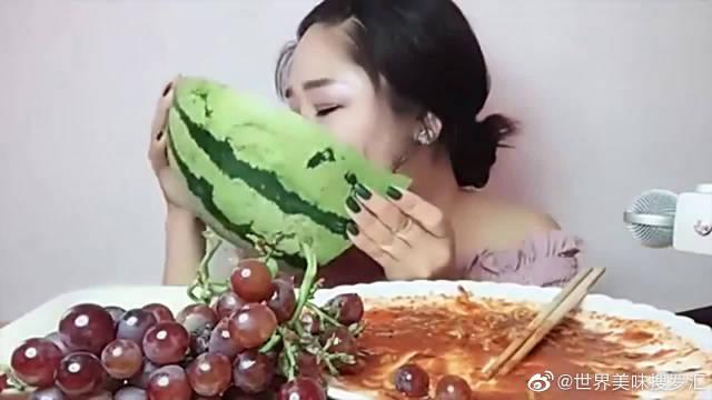 大胃王:美女四分之一个大西瓜,不用勺子,直接抱着啃