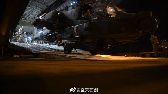 C-17大型运输机将AH-64武装直升机运至路易斯安那州