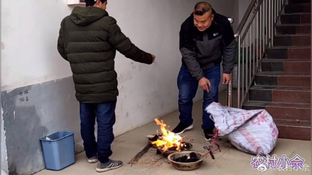 大年初二,村民在一起烧火聊天,场面十分有趣